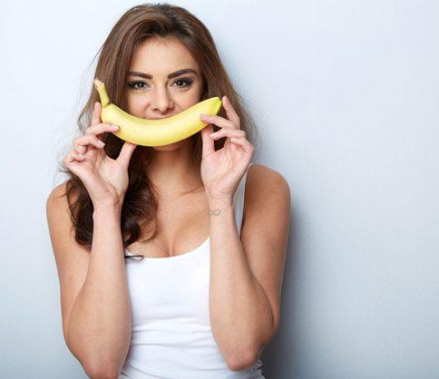 الموز فاكهة المرأة للحفاظ على جمالها