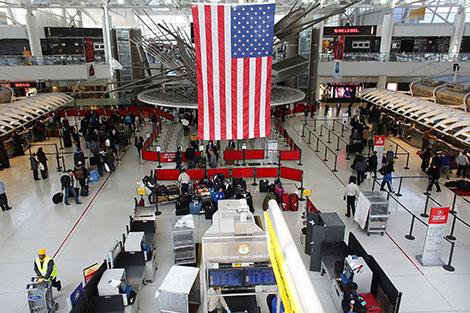 طعن شرطي في أحد مطارات أمريكا والسلطات تتحدث عن عمل إرهابي