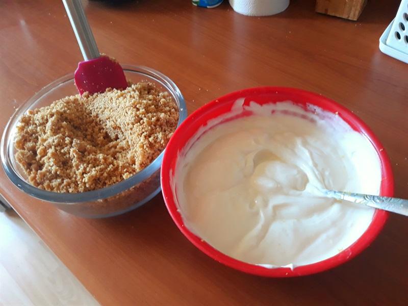 blat de biscuiți și cremă de iaurt