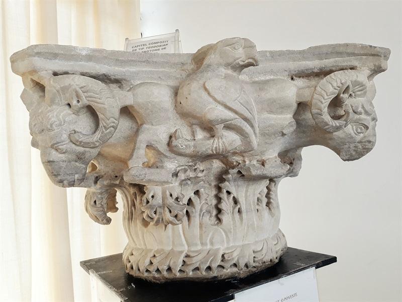 capitel cu capete de berbec Muzeul de Arheologie Mangalia