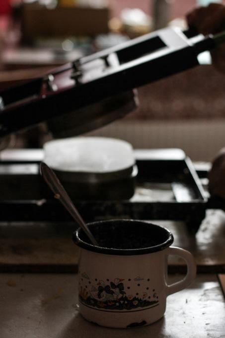 Cup holding oplatky batter
