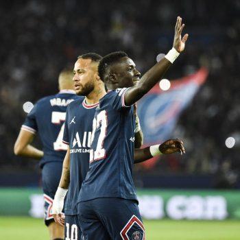 إدريسا جايي مع لاعبي باريس سان جيرمان