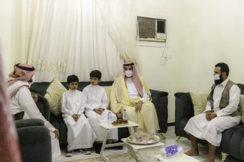 فيصل بن سلمان يقدم العزاء لأُسر المتوفين في حادث طريق علي بن أبي طالب - المواطن