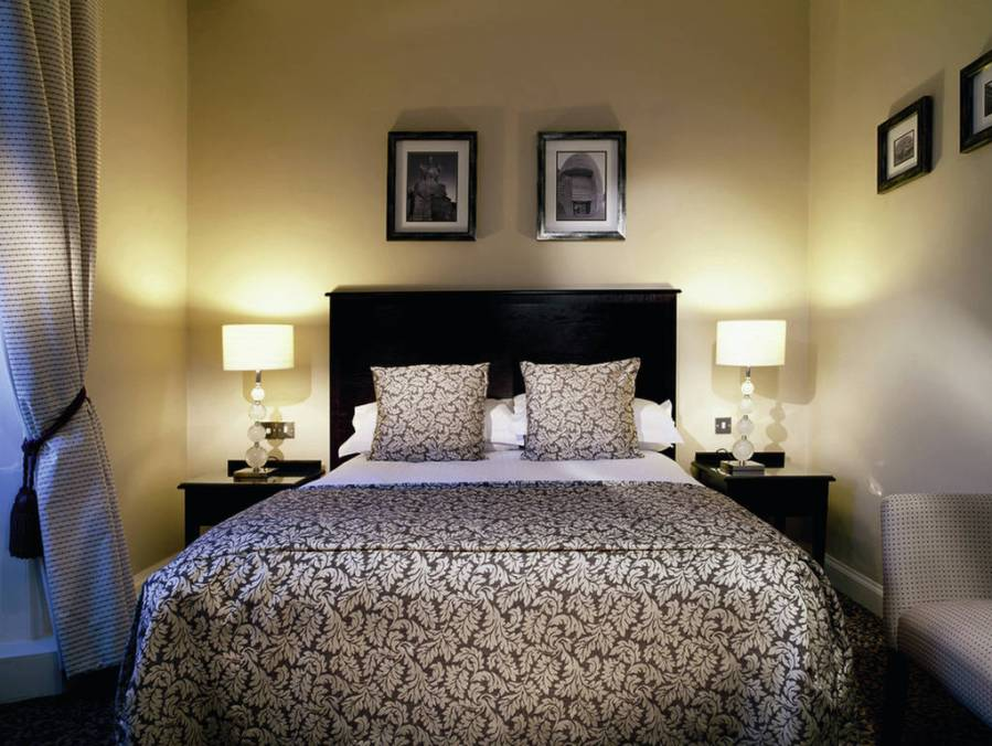 اباجورات بيضاء بجانب السرير بغرفة النوم المرسال