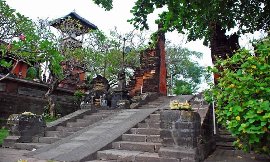 المؤدي إلى الأضرحة في معبد بيتيتنجيت في بالي - زيارة الى معبد بيتيتنجيت في بالي