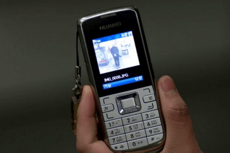 أمرأه تحمل هاتف هواوي في كوريا الشمالية 26 أبريل 2010