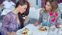 تفسير حلم الأكل مع شخص غريب في المنام