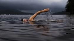 تفسير حلم السباحة في بحر متسخ في المنام