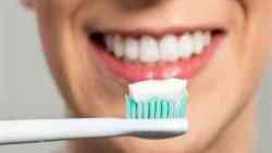 تفسير حلم رؤية الميت ينظف أسنانه في المنام
