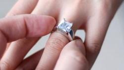 تفسير حلم الميت يعطي خاتم فضة في المنام