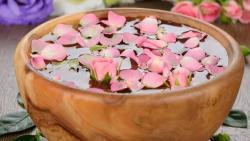 تفسير حلم الاغتسال بماء الورد في المنام
