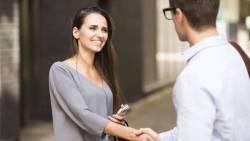 تفسير حلم مصافحة المرأة في المنام للشاب