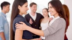 تفسير حلم مصافحة المرأة في المنام للعزباء