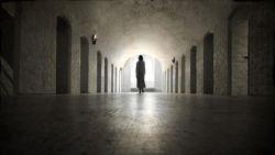 تفسير حلم المشي مع الميت في الليل في المنام العزباء