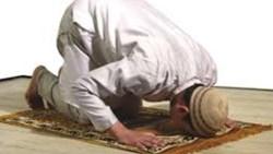 تفسير حلم رؤية الميت يصلي في غير اتجاه القبلة في المنام