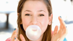 تفسير حلم العلك اللاصق في الأسنان في المنام