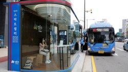 تفسير حلم رؤية إنتظار الباص والركوب مع أشخاص أعرفهم في المنام