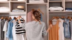تفسير حلم جمع الملابس في الدولاب في المنام