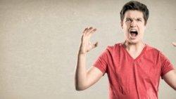 تفسير حلم غضب شخص معروف في المنام
