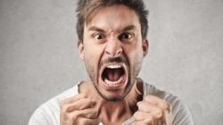 تفسير حلم غضب شخص مجهول في المنام