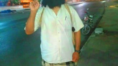 Photo of قيادي من القاعدة يدوس علم اليمن ويرتاح بقصر الرئيس