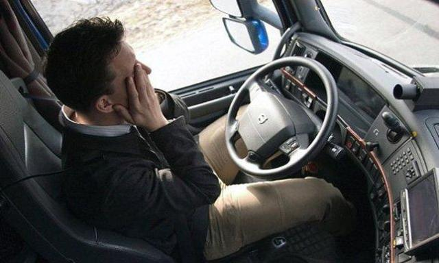نوم في السيارة - سواق - سيارة - عربية