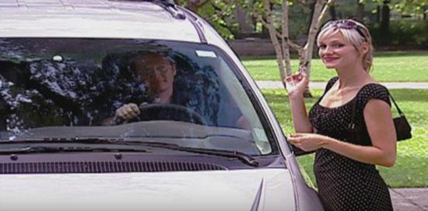 ماذا فعل شاب وضعت فتاة حسناء رقم هاتفها على زجاج السيارة