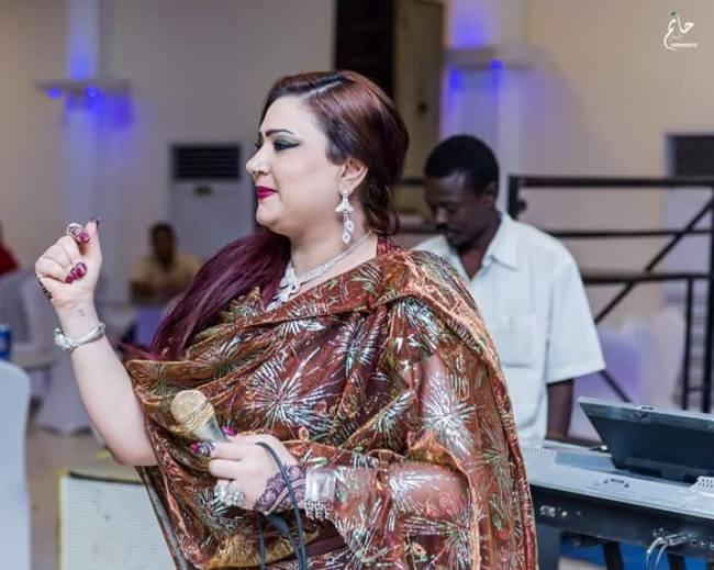 جاذبية المطربة السودانية مونيكا تجبر العدسات علي ملاحقتها حتى في حفلاتها الغنائية