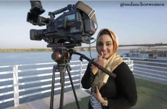 المذيعة شهد المهندس تداعب الكاميرا وتلوح بعلامة الرضا