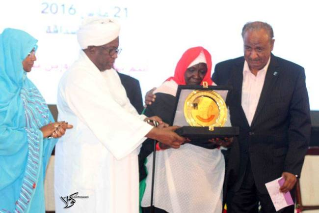 تكريم فخيم لسيدة سودانية قدمت سبعة من أبنائها للقوات المسلحة السودانية
