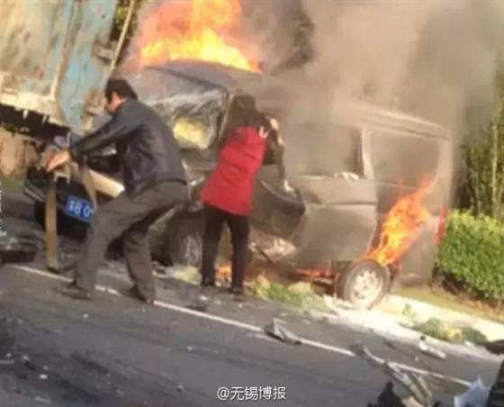 زوج يضحى بحياته لإنقاذ زوجته من حريق سيارة