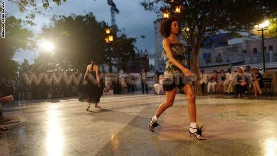 عارضات أزياء «شانيل» يعدن الحياة إلى قلب هافانا