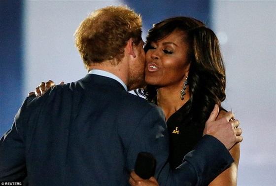 «قبلة» من الأمير هاري لـ«ميشيل أوباما» في افتتاح دورة مصابي الحرب
