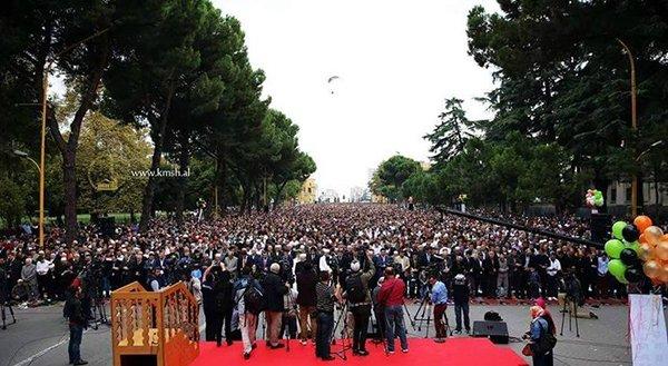 في مشهد مهيب إمام الحرم المكي يؤم آلاف المصلين في صلاة عيد الفطر بألبانيا1