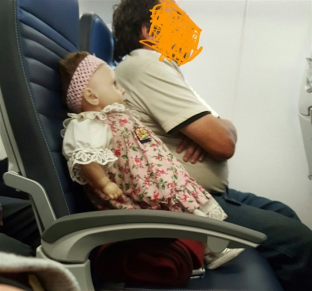 لقطات مخيفة لراكب طائرة يحجز كرسيا لدميته1
