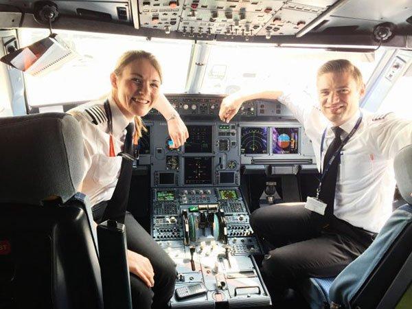بريطانية تصبح أصغر أنثى تقود طائرة تجارية في العالم