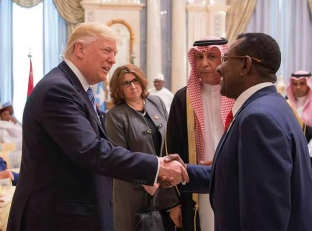 ترامب في غاية السعادة وهو يصافح ممثل السودان في قمة السعودية، صورة تحقق انتشار واسع على صفحات التواصل
