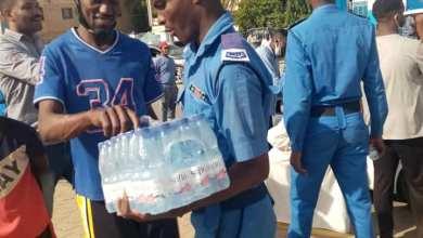 "Photo of شاهد بالصور.. في لفتة بارعة .. أفراد من الشرطة السودانية يتسابقون على توزيع المياه المعدنية على المتظاهرين في يوم ""المليونية"""