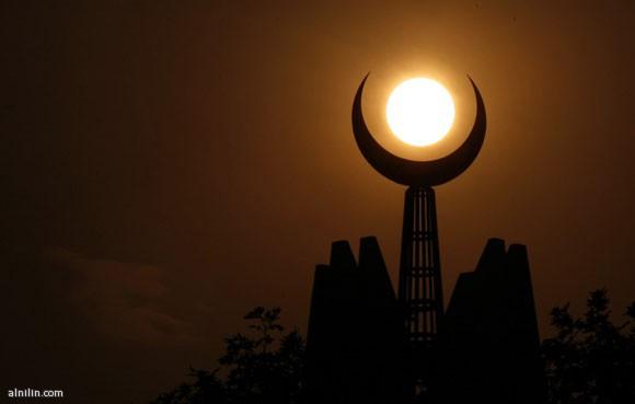 هلال مأذنة مع صورة القمر