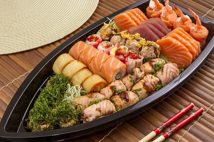 Resultado de imagem para Grande barca de sashimi de tako, camarão salmão e wasabi