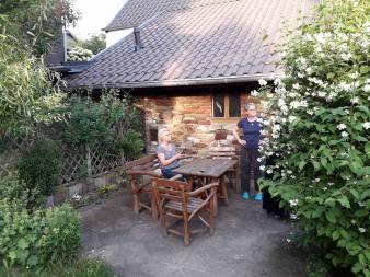 Terrasse mit alter Bruchsteinmauer