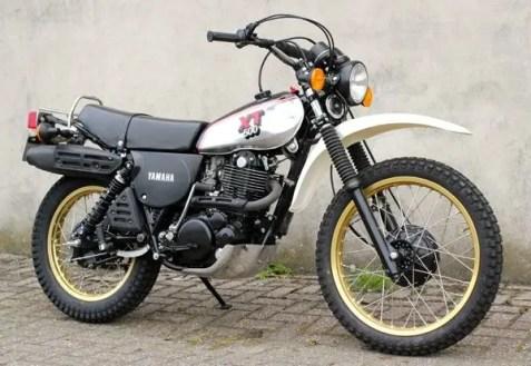 Yamaha XT500 mit goldenen Speichenfelgen