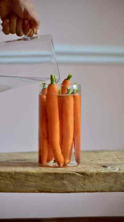 how to store carrots to make the most of their shelf life. plastic-free. food storage hacks