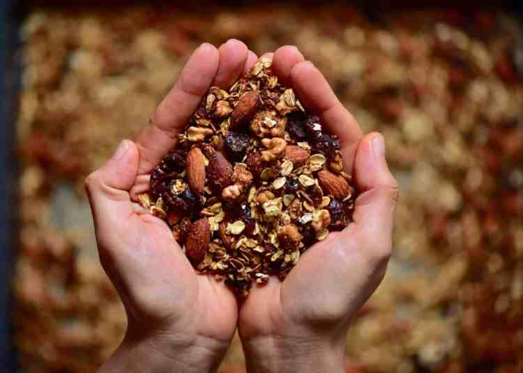 This Easy, healthy homemade Christmas granola is a delicious cranberry orange granola mix - perfect for a healthy homemade Christmas food gift, because who doesn't like an edible Christmas gift?