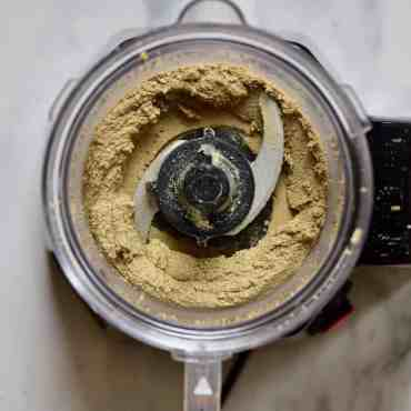 A delicious one ingredient sunflower seed butter recipe (sunbutter). Plus the health benefits of sunflower seeds, flavoured sunflower seed butter options and sunflower seed butter uses & recipes!