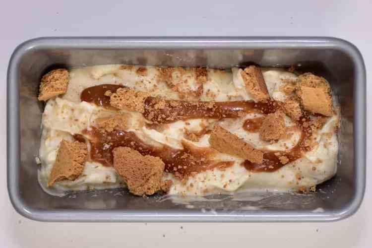 Delicious Christmas gingerbread & salted caramel icecream recipe. Banana-based nicecream for a healthy icecream recipe. An easy christmas dessert recipe. christmas ice cream
