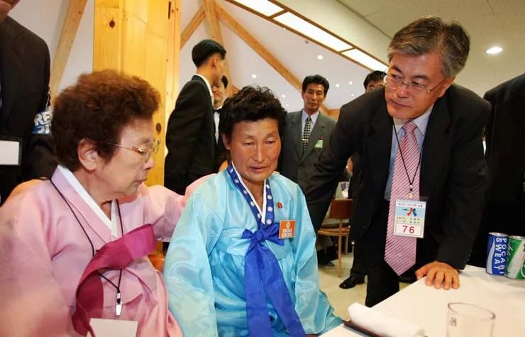 El presidente actual de Korea del Sur, Moon Jae-in, con su mamá nacida en Hungnam, Korea del Norte (donde está la planta de fertilizante) justo a la izquierda, y una tía que todavía vive en el norte al centro. Fue en una de las reuniones que han hecho de familiares divididos por la guerra. Foto tomada antes de que fuera presidente.