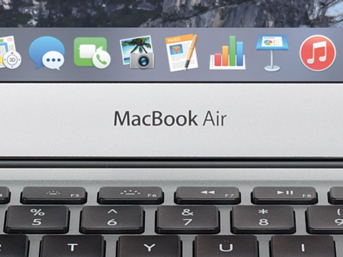 apple-13-inch-macbook-air-2015-logo-closeup