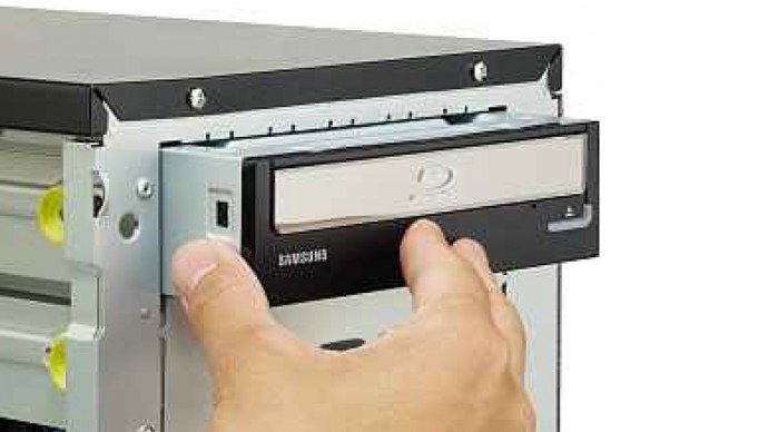 insert-an-optical-drive-into-pc-case
