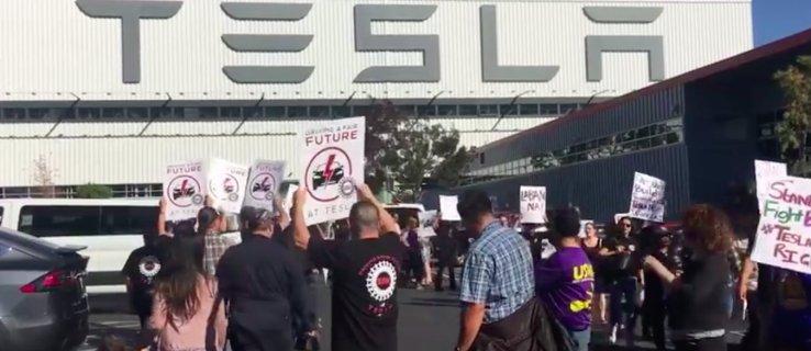Manifestantes pro-sindicatos de Tesla marchan en la fábrica de la empresa en Fremont